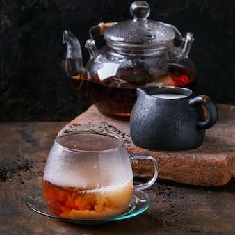 Tasse de thé noir au lait