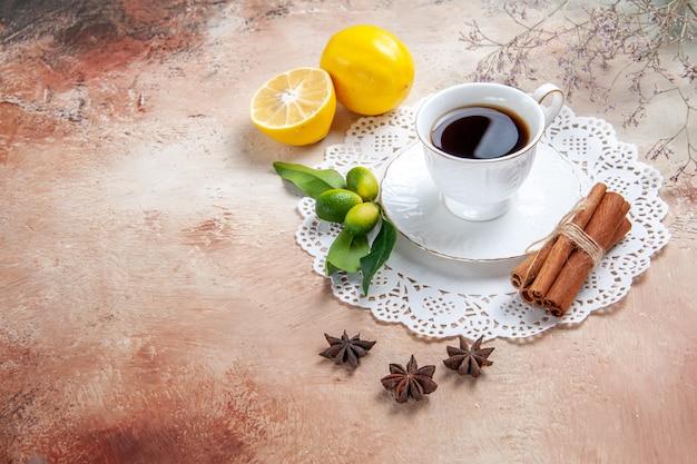 Une tasse de thé noir sur une serviette blanche décorée
