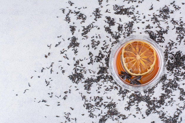 Tasse de thé noir avec tranche d'orange et clous de girofle. photo de haute qualité
