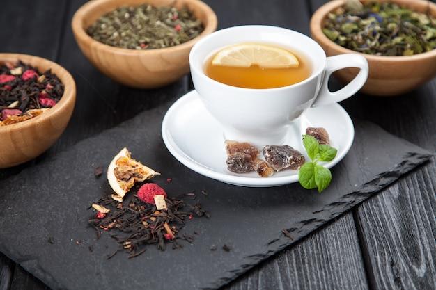 Tasse de thé sur noir
