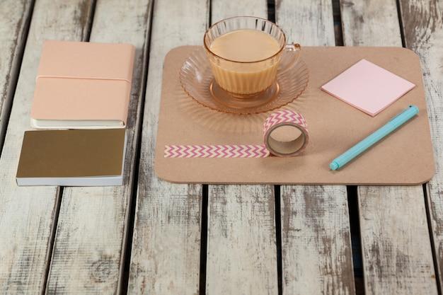 Tasse de thé, notes autocollantes, agenda, bloc-notes, ruban adhésif et stylo imprimé