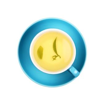 Tasse de thé oolong vert avec feuille sur soucoupe isolé