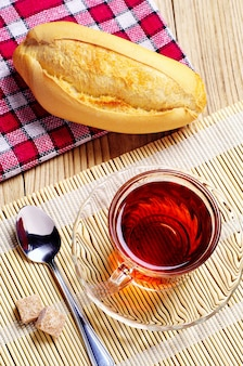Tasse de thé et pain blanc sur table
