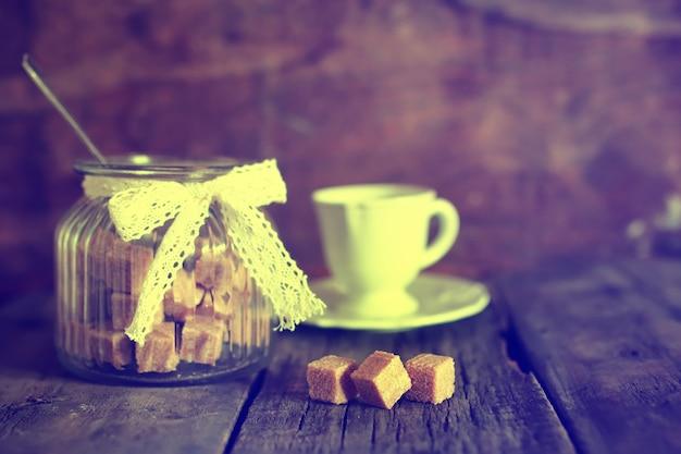 Tasse à thé photo tonique avec des morceaux de sucre