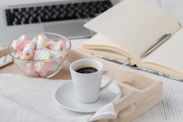Tasse de thé sur un plateau en bois sur un canapé dans le salon à la maison