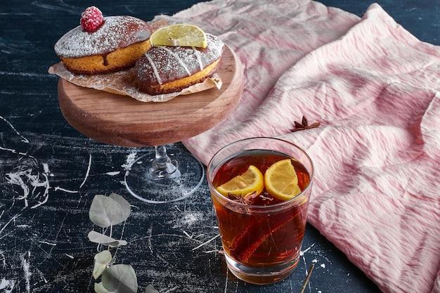 Une tasse de thé servie avec des biscuits au chocolat.