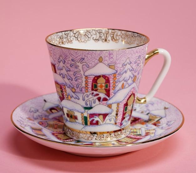 Tasse à thé et soucoupe en porcelaine colorée avec décor de noël