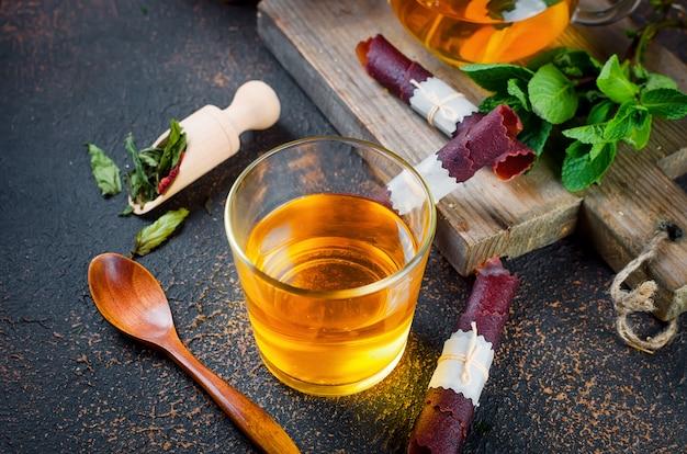 Tasse à thé, thé à la cuillère et fruits secs
