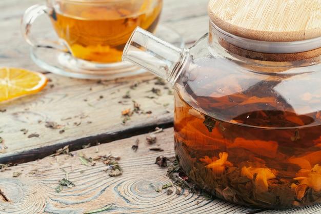 Une tasse de thé et théière debout sur la vue de dessus de table