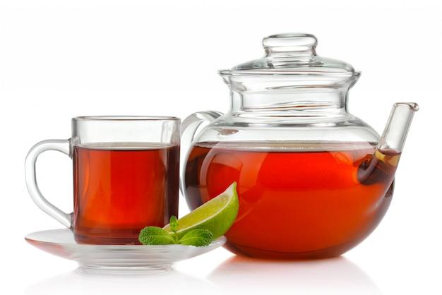 Tasse à thé, théière à la menthe fraîche et citron vert isolé