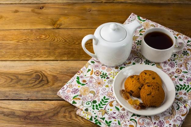 Tasse à thé et théière, vue de dessus, espace copie