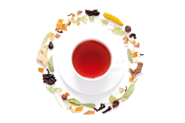 Tasse de thé. tisane, herbes sèches et fleurs avec des morceaux de fruits et de baies. vue de dessus.