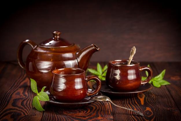 Tasse à thé vert sur bois