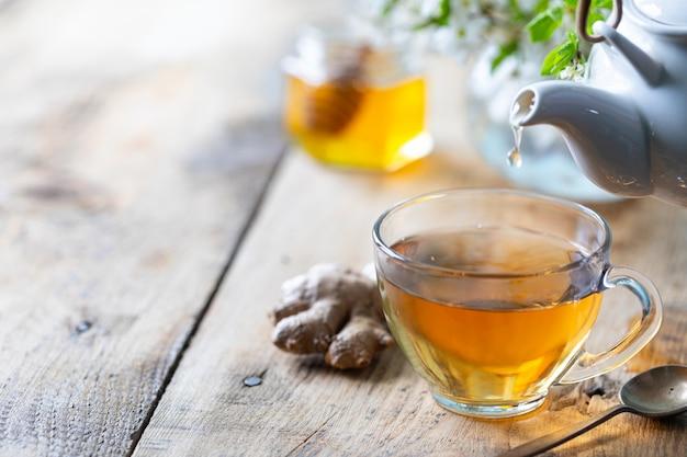 Tasse de thé vert, gingembre, citron, miel pour renforcer l'immunité au printemps. copie espace