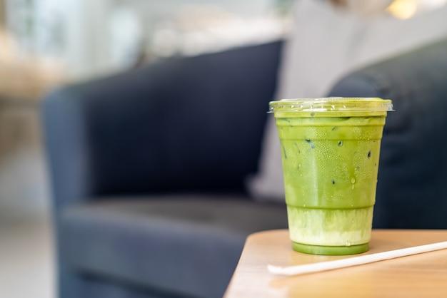 Tasse de thé vert glacé matcha latte