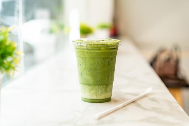 Tasse de thé vert matcha latte glacé