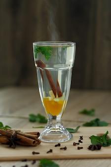 Tasse de thé vitaminé chaud sur une table en bois