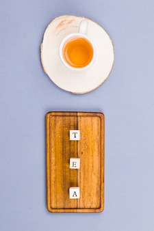 Tasse à thé vue du dessus avec dés de lettre