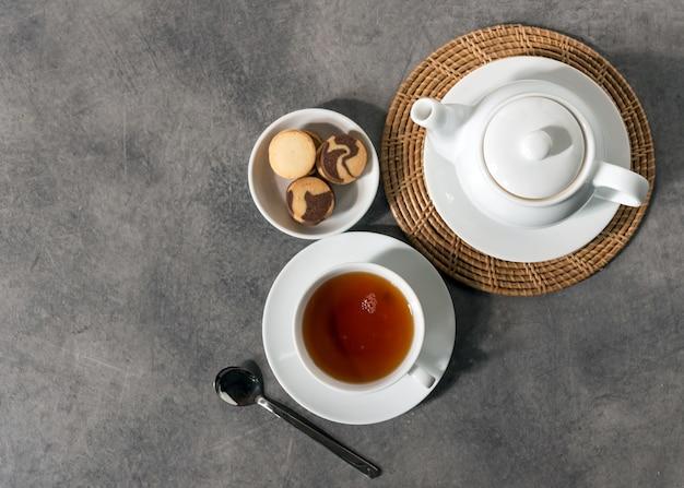 Tasse et théière en porcelaine blanche, réglage de la table de thé l'après-midi