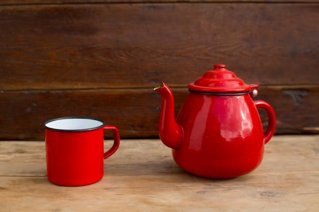 Tasse de théière vintage rétro vieux rouge