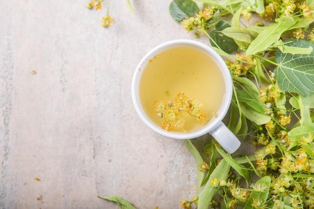 Tasse de tisane aux fleurs de tilleul