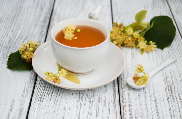 Tasse de tisane avec des fleurs de tilleul