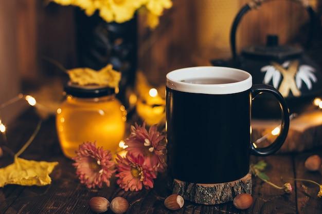 Tasse de tisane et de miel. immunité saisonnière, boisson froide, concept de médecine alternative.