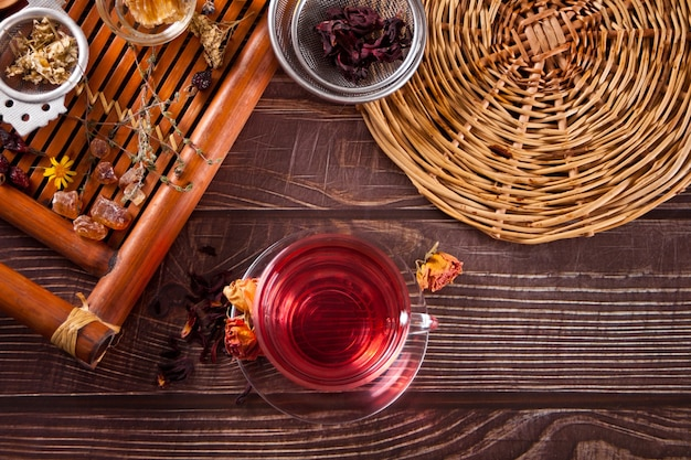 Tasse de tisane rouge aux roses sèches hibiscus