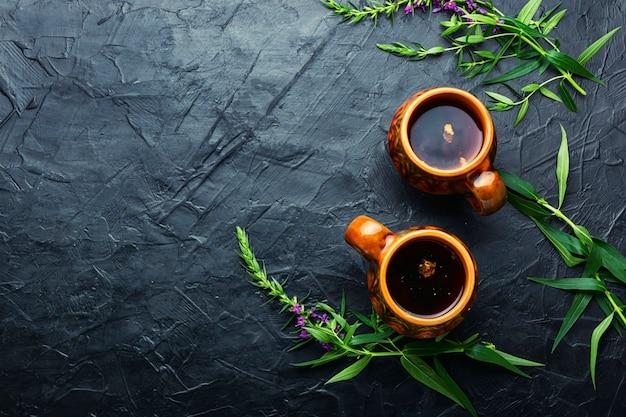 Tasse de tisane sur la table. thé ivan ou épilobe.phytothérapie.espace pour le texte