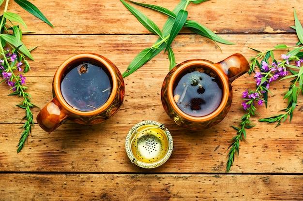 Tasse de tisane sur la table. thé ivan ou épilobe.phytothérapie