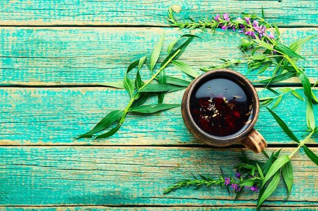 Tasse de tisane sur la table. thé ivan ou épilobe.saule-herbe.copier l'espace