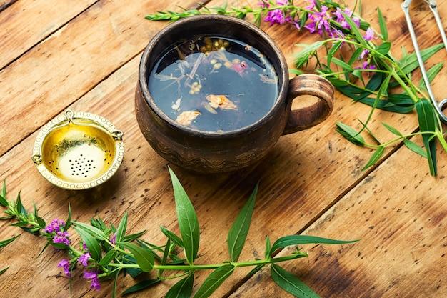 Tasse de tisane sur la table. thé ivan ou épilobe.saule-herbe