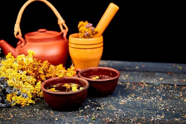 Tasse de tisane - tutsan, armoise, origan, hélichryse, lavande