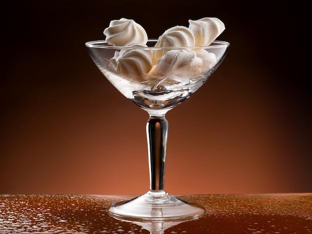 Tasse en verre aux meringues