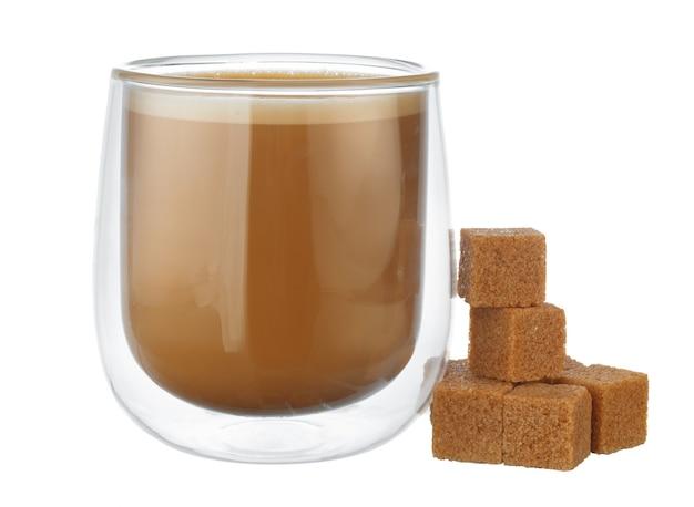 Tasse en verre de café et pile de cubes de sucre isolé