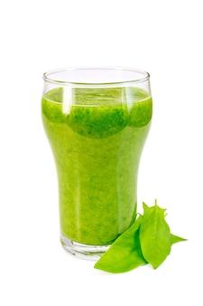 Tasse en verre avec un cocktail d'épinards, feuilles d'épinards isolé sur fond blanc
