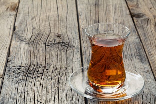 Tasse en verre en forme de tulipe avec du thé turc