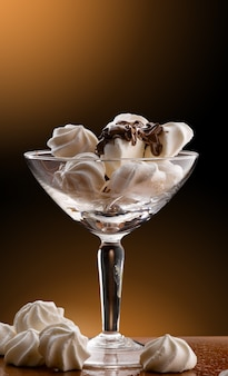 Tasse en verre avec meringues et chocolat