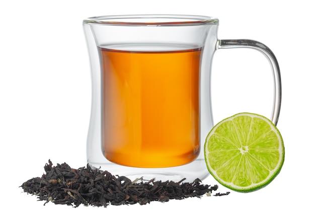 Tasse en verre de thé à la bergamote isolé sur blanc