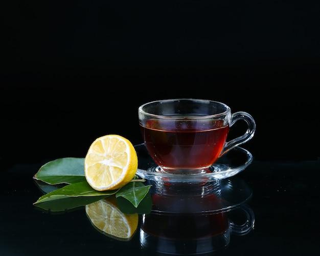 Tasse en verre de thé sur fond noir
