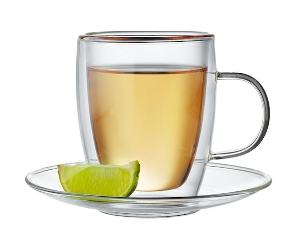 Tasse en verre de thé noir à la bergamote isolé sur fond blanc