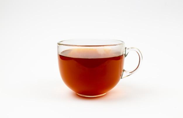 Tasse en verre de thé noir. isolé sur fond blanc