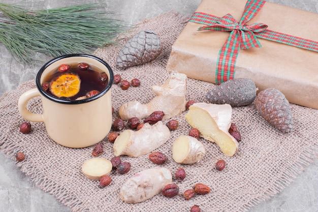 Une tasse de vin brillant avec des hanches et du gingembre