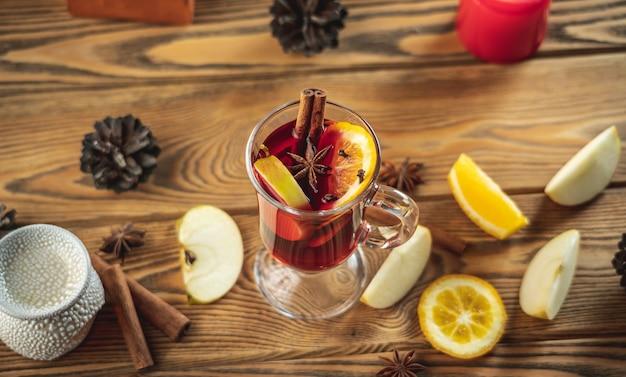 Tasse de vin chaud aromatique sur une table en bois