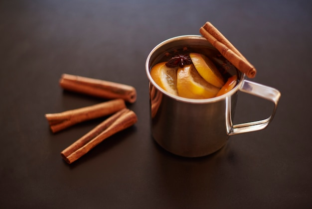 Tasse de vin chaud avec bâton de cannelle