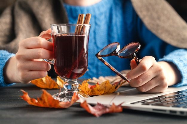 Tasse de vin chaud chaud dans la main féminine
