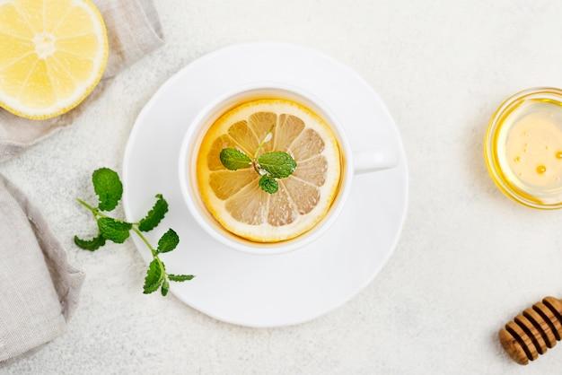 Tasse vue de dessus avec du thé au citron