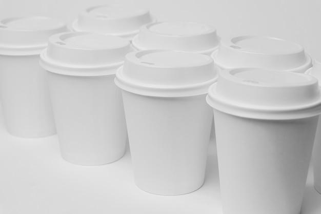 Tasses blanches à angle élevé avec bouchons