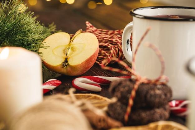 Tasses blanches de vin brillant sur la table en bois se bouchent