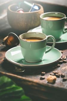 Tasses de café et capsules, gros plan